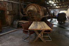 Stoere massief eiken tafel, leverbaar in diverse diktes, afwerkingen en kleuren. Eettafel met een industriële uitstraling waarbij metaal en hout optimaal gecombineerd worden. | Room108