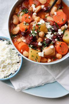 Das Kichererbsen-Bohnen-Stew mit Tomaten und Feta ist vollgepackt mit typischen Eintopfzutaten. Diesen einfachen, vegetarischenEintopf werdet ihr lieben!