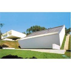 Les maisons unifamiliales sont un aspect essentiel dans la production de l'architecte portugais Eduardo Souto de Moura. Elles ont fait de lui l'un des architectes européens les plus appréciés de sa génération.
