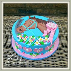 Pretty horse cake for girls
