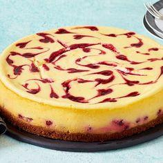 Beeren-Käsekuchen mit Zwieback-Boden Rezept   LECKER Tiramisu Dessert, Berry Cheesecake, Berries, Deserts, Food And Drink, Cupcakes, Snacks, Baking, Mini Boden