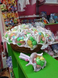Ramos de chuches Gomi Gomi, Sweetie Cake, Chocolate Flowers Bouquet, Candy Pop, Candy Cakes, No Bake Snacks, Baptism Party, Candy Bouquet, Ideas Para Fiestas
