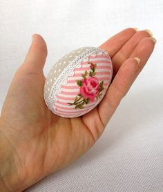 Easter egg with cotton and ribbon Natural chicken egg decorated with cotton and ribbon. The egg is empty - blown By request I can add a ribbon for hanging. Easter Projects, Diy Projects To Try, Easter Crafts, Happy Easter, Easter Bunny, Easter Eggs, Cotton Decor, Egg Art, New Crafts