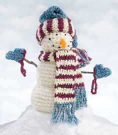 How adorable is this snowman? This cutie stands over a foot tall and comes with three different little crochet outfits to make a complete set for your holiday décor. Carolyn Christmas, frequently featured on Make It Crochet, is the designer for this one. Crochet Gratis, Crochet Dolls, Yarn Projects, Crochet Projects, Love Crochet, Knit Crochet, Crochet Cake, Crochet Food, Crochet Things