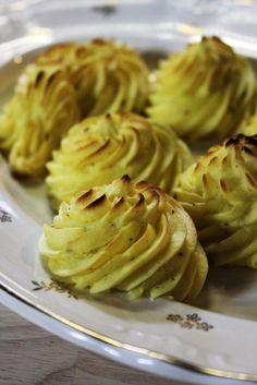 Bereiden:Schil de aardappelen, snijd ze in stukken en kook ze gaar in gezouten water. Giet de aardappeltjes af met haal ze door de passe-vite. Voeg boter, eidooiers, peper, zout en nootmuskaat toe. Doe de puree in een spuitzak met een gekarteld spuitmondje en spuit op een met bakpapier beklede bakplaat toefjes van de puree. Bak ze 5 minuten in een voorverwarmde oven van 250 graden.