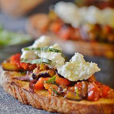 Σ' ένα ταψί στρώνουμε τις φέτες του ψωμιού. Κόβουμε τη μία σκελίδα σκόρδου στη μέση, τρίβουμε τις φέτες ψωμιού και τις αλείφουμε με λίγο ελαιόλαδο. Appetizer Recipes, Snack Recipes, Snacks, Greek Recipes, New Recipes, Appetisers, Bruschetta, Better Life, Finger Foods