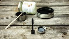 Was du brauchst 2 EL KULAU Bio-Kokosöl 1/2 TL Bienenwachs 1 – 2 TL Aktivkohle (für schwarze Tusche) oder Kakaopulver (für braune Tusche) ein Gläschen, Schüsselchen, leeres Mascaratübchen etc. Extra: Wenn ihr habt, mischt gerne etwas Aloe Vera Gel mit rein, das ist nicht nur gut für den Körper, sondern macht die Tusche resistenter fürweiterlesen