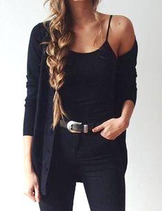 Rien de tel qu'une longue tresse floue portée sur le côté pour habiller un look monochrome !