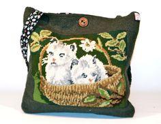 friedchensshop.dawanda.com: Die Tasche ist aus dunkelgrünem Walkloden und auf der Vorderseite ist ein großes Bild mit Kätzchen aufgenäht.  Dieses Gobelin Bild ist in liebevoll...