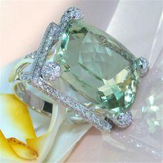 630456125c99 Precioso y lujoso anillo solitario con zirconia cúbica y doble baño de oro.  Importado talle