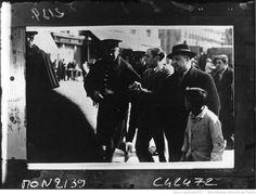 La guerre en Espagne, arrestation de communistes : [photographie de presse] / Agence Mondial | Gallica