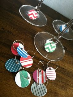 wine charms - maybe another easy idea for the craft party? Wine Glass Holder, Wine Glass Charms, Homemade Gifts, Diy Gifts, Deco Buffet, Diy Crafts To Do, Wine Craft, Wine Baskets, Wine Tags