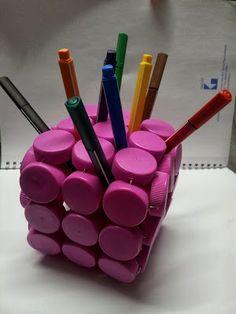 Faça este diferente porta-lápis de tampas de plástico e receba muitos elogios (Foto: laboratoriocreativoidealab.blogspot.com.br)