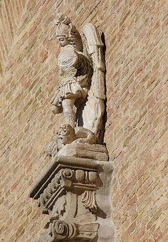 Statua di S. Michele, inviata dal Gargano durante l'epidemia di peste del 1656, collocata sulla cuspide della Cattedrale di S. Maria Assunta a Lucera (Foggia)
