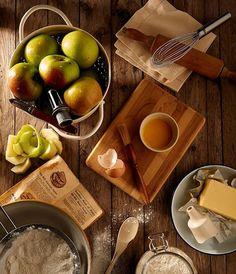 Γλυκό για τα κρύα πρωινά...  Υλικά συνταγής για 6 μερίδες:  500 γρ πράσινα μήλα ξεφλουδισμένα χωρίς τα κουκούτσια τους και κομμένα σε χονδρέςφέτες  100 γρ αποξηραμένα μήλα κομμένα σε μεγάλα κομμάτια  2 κουταλιές της σούπας σταφίδες τύπου σουλτανίνα.  κούπα ζάχαρη  1 ξυλάκι κανέλλα   φλιτζάνι νερό  6 φύλλα ζύμη ζαχαροπλαστικής  Λίγο λαδάκι  200 γρ. παγωτό βανίλια με χαμηλά λιπαρά ΕΚΤΕΛΕΣΗ Προθερμαίνετε το φούρνο στους 200C. Βάλτε σε μια κατσαρόλα τα πράσινα μήλα τα αποξηραμένα μήλα τις…