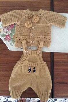 Baby Overalls with detailed cabled bodice and matching sweater Crochet Baby Pants, Knit Baby Dress, Knitted Baby Clothes, Baby Cardigan, Baby Chucks, Baby Pants Pattern, Baby Dungarees, Baby Boy Knitting, Sweater Knitting Patterns
