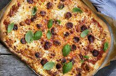 Familiepizza i langpanne – med tomatsaus og chorizo