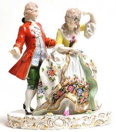 080600031 - Grupo escultórico em porcelana européia policromada e dourada representando casal de nob