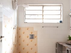Banheiro de apartamento em prédio antigo antes de reforma radical possui azulejos pintados de branco e blocos de concreto para segurar a bancada da pia. Retro Bathrooms, Washroom, Decoration, Sweet Home, Bathtub, New Homes, Room Decor, House Design, Blog