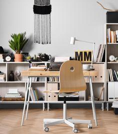 Pokój do pracy z krzesłem obrotowym na kółkach w kolorze brzozy/białym w…