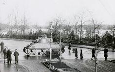 okt.1944, een Engelse Shermantank op de Geldersedam , achtergrond de IJzeren vrouw