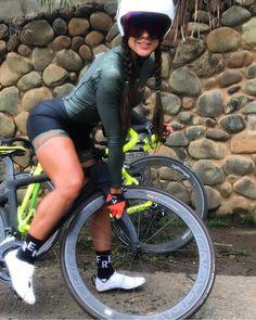 La imagen puede contener: 1 persona bicicleta y exterior Bicycle Women, Bicycle Girl, Vtt Dirt, Female Cyclist, Cycling Girls, Bike Style, Mtb Bike, Biker Girl, Bike Design