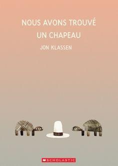 Les lecteurs friands des livres de Jon Klassen comme Rendez-moi mon chapeau! et Ce n'est pas mon chapeau se délecteront de voir deux tortues convoiter le même chapeau. L'une des tortues voudrait-elle le chapeau pour elle seule? Bien sûr que non! Les tortues de cette histoire n'oseraient jamais... trouveront-elles un moyen d'avoir chacune leur chapeau?