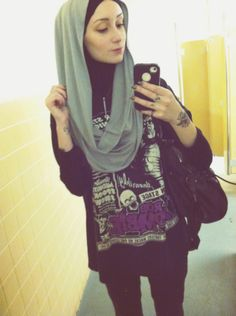 thetattooedhijabi: A little to in love with my new infinity Hijab from Hijabista! Dressed it down today with an oversized mens vintage Rob Zombie Tee and some loose dark wash jeans.