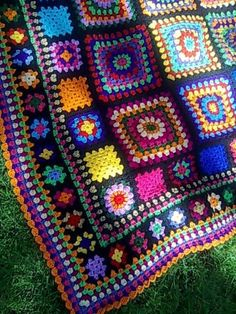 buscandocomienzos: granny squares used in vety different ways to create a blanket. Black is unifying colour. Good one to get a project together.: