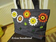 Bolso primaveral, realizado con tela de yeans y flores a crochet.