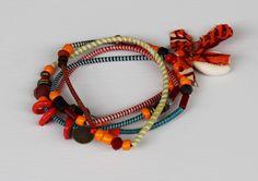 Chouchou du jour : Bracelet Fantaise Nyama de Toubab Paris ! En perles de verre, murano, caurie, laiton et wax. Bijoux hippie chic de conception artisanale et éthique.