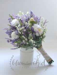 Este ramo de flores silvestres incluye lavanda, púrpura flores silvestres, algunas flores silvestres blanco y luz azul acentos. El diseño shabby chic tiene un poco de un toque rústico con los tallos envueltos en arpillera, hilo y encaje. Hace un precioso ramo de novia. Dimensiones: 1 ramo de novia - sobre 12 de diámetro Si necesita artículos adicionales o un paquete diferente, comuníquese conmigo por lo que puedo crear una lista personalizada para usted. Si usted tiene alguna pregunta, pu...