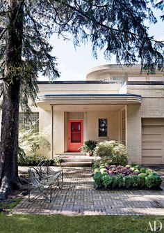 To me this is 'art deco' . original pinner sez: Front entry of Liz O'Brien's Modernist Home in Pennsylvania : Architectural Digest Porte Cochere, Victorian Farmhouse, Farmhouse Front, English Farmhouse, Door Design, Exterior Design, House Design, Front Door Colors, Front Door Decor