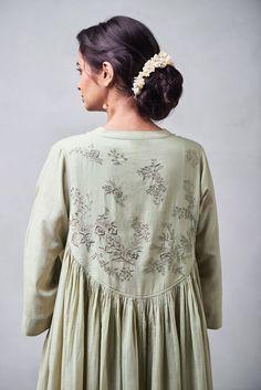 Best Ways To Style Your Outfits - Fashion Trends Iranian Women Fashion, Pakistani Fashion Casual, Abaya Fashion, Indian Fashion, Fashion Dresses, Kurti Neck Designs, Kurta Designs Women, Indian Designer Outfits, Designer Dresses