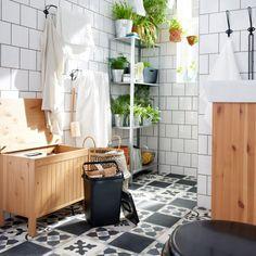 La tendance jungle déferle dans nos intérieurs depuis quelques temps déjà et s'immisce désormais dans la salle de bains… Ici, l'accumulation de plantes et autres arbustes placés sur des étagères rafraichissent instantanément la pièce et créent une atmosphère douce et délicate un brin fouillis. Associées à du bois blond, le vert des plantes n'en sera que plus beau. Vous obtiendrez une salle de bains rythmée et ultra oxygénée.