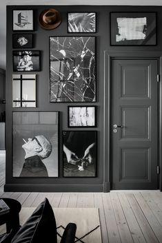 В квартире есть темно серая стена с крупными картинами и постерами, а за дверью ванная, подробнее см на плане 39 кв. м