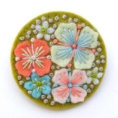 Badge en fleurs de feutrine rebrodées et perles -  by rhianna26