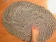 BRAIDED Rag Rug - Tutorial. The number of strips to braid increases and decreases.
