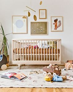 kids room Whatever your reason may be, baby is coming and you're looking into gender-neutral nurseries, and you've come to the right place! Boho Nursery, Baby Nursery Decor, Nursery Themes, Baby Decor, Unisex Nursery Ideas, Unisex Kids Room, Baby Room Art, Nursery Modern, Kids Room Art
