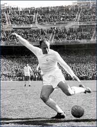 Alfredo Di Stéfano of Real Madrid. I remember watching a grainy black and white broadcast of the European Cup Final at my Nan's. Real Madrid destroyed Eintracht and Di Stefano and Puskas were magical. Football Icon, Best Football Players, Good Soccer Players, National Football Teams, Sport Football, Football Field, France Football, World Football, School Football