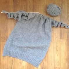 An easy sweater in one part -DIY Tricot- Knitting 02 Summer Knitting, Baby Knitting, Mohair Cardigan, Knitting Machine Patterns, Crochet Poncho, Couture, Dress Patterns, Crochet Patterns, Knit Dress