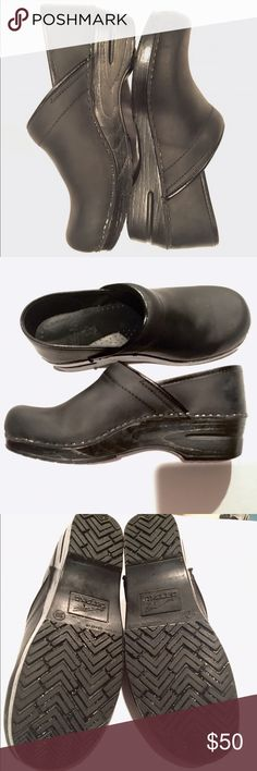 Black Matte Dansco clogs! 39 Very gently worn! Minimal scuffing. Excellent condition! Miracle shoes for a profession that requires long periods of standing. Tightens the tush & relieves strain on the lower back. Dansko Shoes Mules & Clogs
