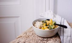 Heute gibt es eine kleine innere Heizung zu essen – ein ganz einfaches Curry. Aus 5 Zutaten. Also… fast! Lynn Hoefer erklärt, wie's funktioniert.   Ohhh… Mhhh…