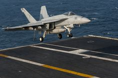 """© US Navy - A F / A-18E Super Hornet of the VFA-81 """"Sunliners"""" landing on the USS Carl Vinson."""