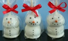 Frosty Brownie Pops What you will need: 1 pan of baked brownies, your favorite brownie recipe/mix White candy coating Edib. Christmas Cake Pops, Christmas Sweets, Christmas Goodies, Christmas Candy, Christmas Baking, Christmas Holidays, Christmas Crafts, Christmas Recipes, Christmas Snowman