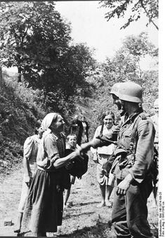 An example of how some civilians in the east greeted German forces during the early part of the war. Year photo was taken is 1941 German Soldiers Ww2, German Army, Luftwaffe, Germany Ww2, Ww2 Photos, War Photography, The Third Reich, World War One, Historical Pictures
