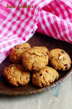 Date cookies recipe with step by step photos, learn how to make delicious and healthy cookies with wheat flour, dates, walnuts with this easy recipe! Healthy Cookies, Yummy Cookies, Sugar Cookies, Date Recipes, Sweet Recipes, Delicious Cookie Recipes, Baking Recipes, Delicious Food, Date Cookies