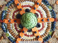 Using my own lifestyle as a source of inspiration, at some point I found myself making huge mandalas out of (super)foods and/or other natural materials. In these mandalas, my fascination for pure ingredients fuses with my passion for sacred geometry.