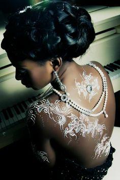 Frau mit weißes Henna Tattoo auf dem Rücken