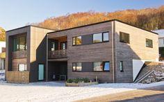 Kundetilpasset Urbanhus med sibirsk lerk og fasadeplater!  #moderne#kubisk#funkisinspirert#cubist#contemporary#flatroof#slopingsite#modern#living#architecture# - Vi bygger på din ID!